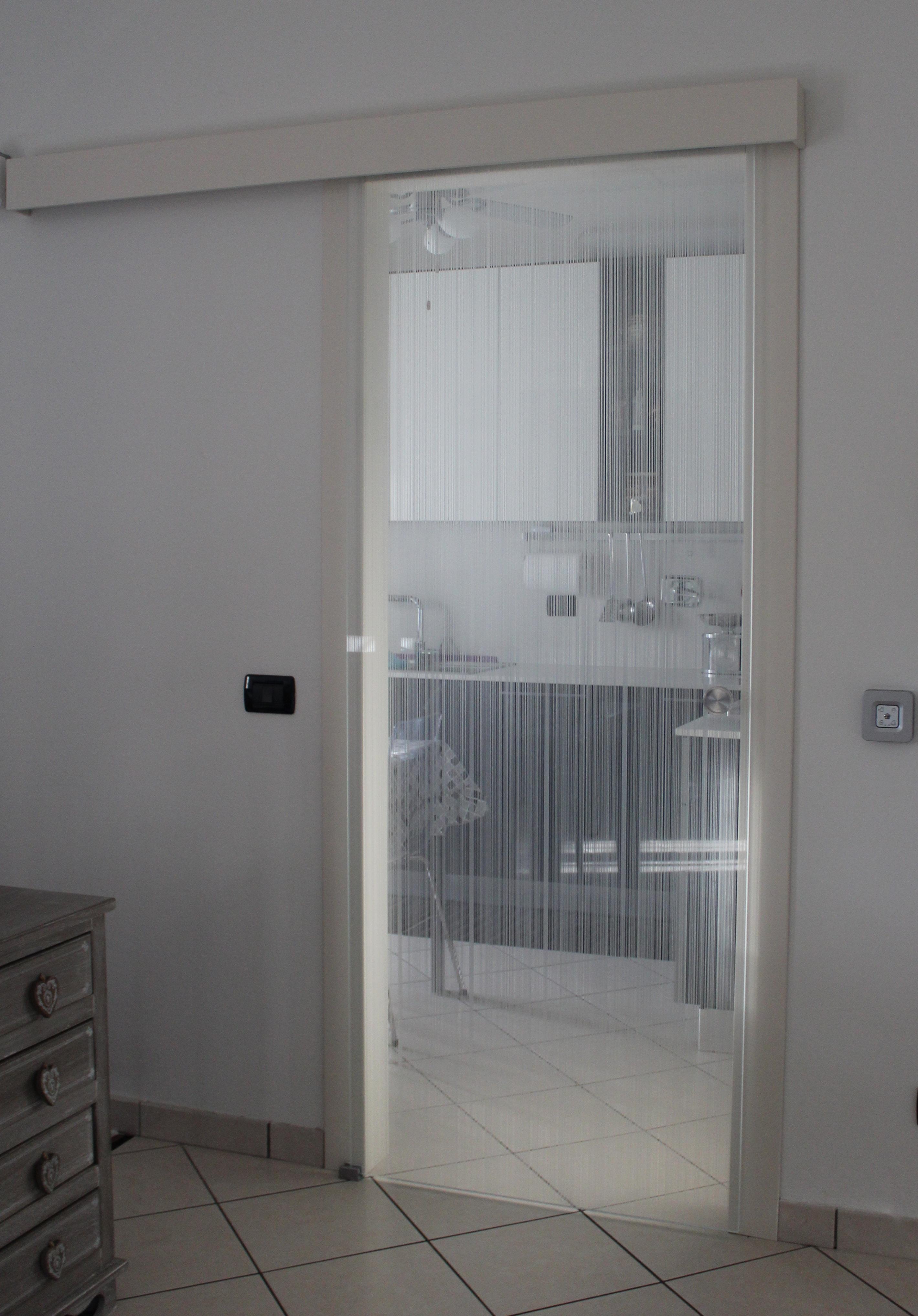 Porte scorrevoli con vetro decorato amazing porte a for Finestra esterna scorrevole